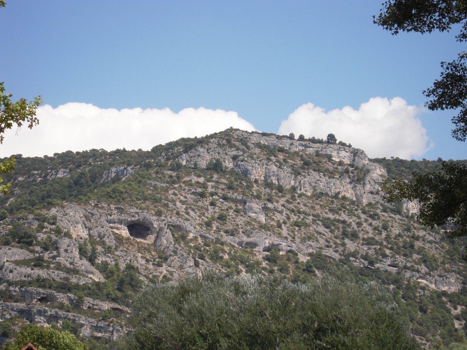 En plein centre une grotte qui perse la montagne de part for Distri center la montagne